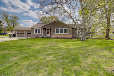 Mukwonago Single Family Home Active Contingent With Offer: 301 Elwin Dr