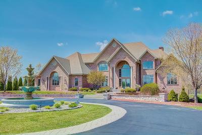 Waukesha County Single Family Home For Sale: 3277 N Canterbury Ln