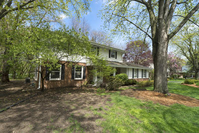 Waukesha County Single Family Home For Sale: 2290 Brittany Ct