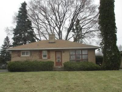 Milwaukee County Single Family Home For Sale: 5610 S Trinthammer Ave