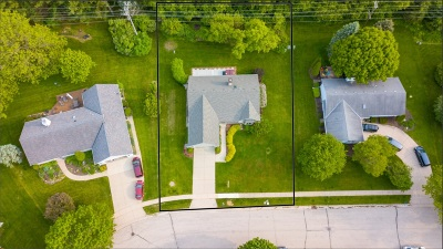 Pewaukee Single Family Home For Sale: 453 Leanore Ct