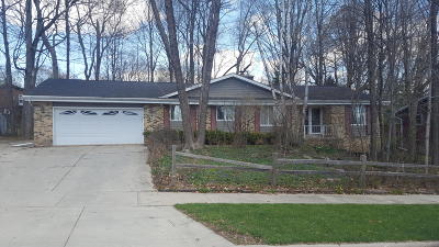 West Bend Single Family Home For Sale: 150 Woodridge Rd