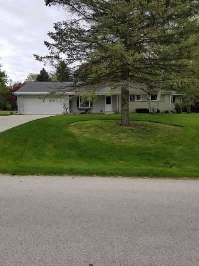 Waukesha County Single Family Home For Sale: 1200 Jaclyn Dr