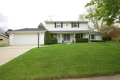 Waukesha Single Family Home For Sale: 915 Lynne Dr