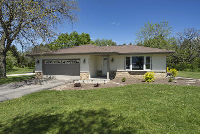 Waukesha Single Family Home For Sale: N2w27372 Lyles Dr