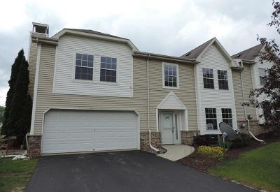 Brookfield Condo/Townhouse Active Contingent With Offer: 370 Jennifer Ln #12