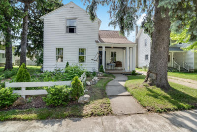 Oconomowoc Single Family Home Active Contingent With Offer: 33 Concord Rd