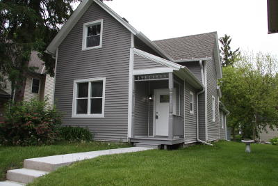Oconomowoc Single Family Home For Sale: 618 Anne St