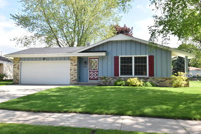Waukesha Single Family Home Active Contingent With Offer: 1127 Wisteria Ln