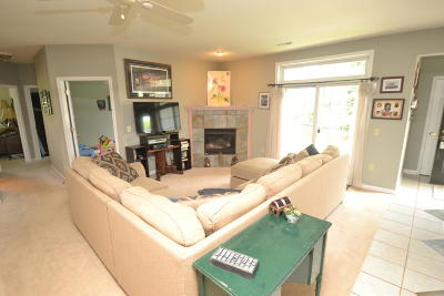 Condo/Townhouse Active Contingent With Offer: W241n2511 E Parkway Meadow Cir #2