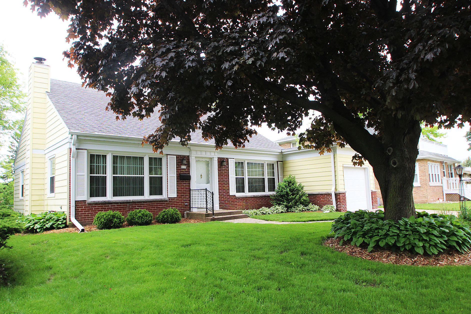 Incredible 8121 W Beloit Rd West Allis Wi Mls 1640120 The Home Interior And Landscaping Palasignezvosmurscom