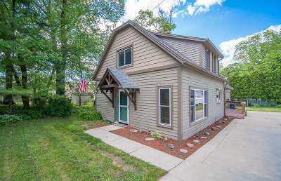Muskego Single Family Home For Sale: S68w17938 Island Dr