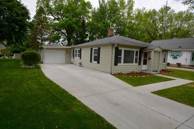 Oconomowoc Single Family Home Active Contingent With Offer: 621 Highland Ave