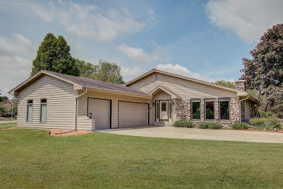 Oconomowoc Single Family Home Active Contingent With Offer: 1098 Emerson Dr