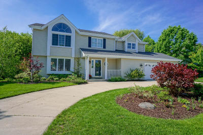 Pewaukee Single Family Home Active Contingent With Offer: 466 Westfield Way