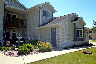 Pewaukee Condo/Townhouse Active Contingent With Offer: W240n2524 E Parkway Meadow Cir #7