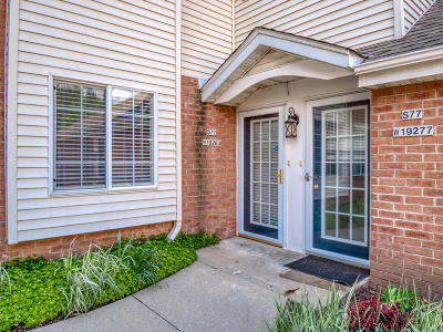 Muskego Condo/Townhouse Active Contingent With Offer: S77w19283 Lakewood Dr #34
