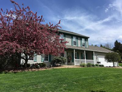 Oconomowoc Single Family Home For Sale: 951 Bartlett Dr