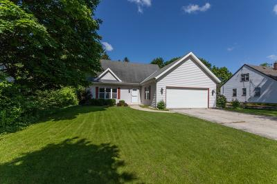 Waukesha Single Family Home Active Contingent With Offer: 1034 Guthrie Rd