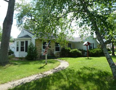 Fort Atkinson Single Family Home Active Contingent With Offer: 825 Robert St