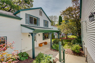 Delafield Single Family Home Active Contingent With Offer: 2634 Nagawicka Ave