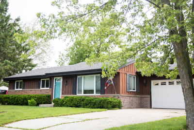 Ozaukee County Single Family Home For Sale: 190 S Colonial Pkwy