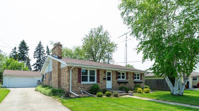 Kenosha Single Family Home Active Contingent With Offer: 1715 35th Pl