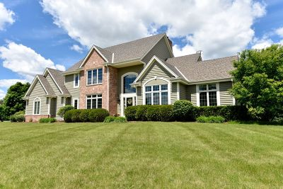 Mequon Single Family Home For Sale: 7848 W Knightsbridge Dr