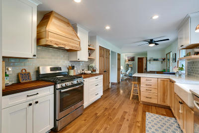 Oconomowoc Single Family Home Active Contingent With Offer: 961 Chesterton Ct