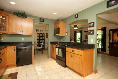 Mukwonago Single Family Home Active Contingent With Offer: W329s7061 Oak Knoll Dr
