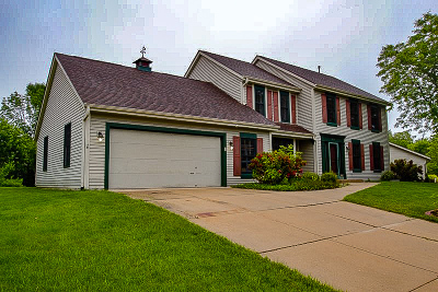 Waukesha Single Family Home Active Contingent With Offer: 2704 Burton Dr