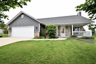 Kewaskum Single Family Home For Sale: 834 Odawa Cir