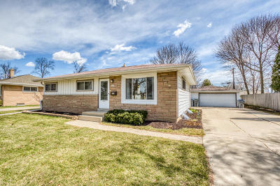 Milwaukee Single Family Home For Sale: 3982 S 75th St