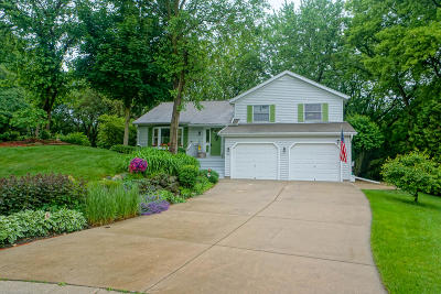 Oconomowoc Single Family Home Active Contingent With Offer: 907 Woodgate Ct