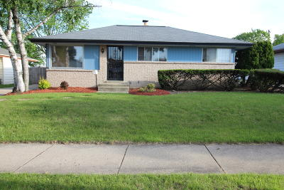 Milwaukee Single Family Home Active Contingent With Offer: 7657 W Clovernook St