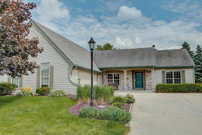 Waukesha Single Family Home For Sale: 1115 River Place Blvd