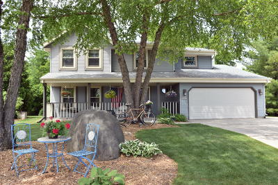 Waukesha County Single Family Home For Sale: W225n2871 Foxwood Ln