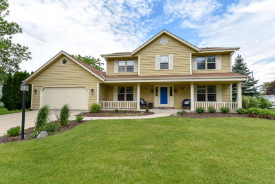 Waukesha County Single Family Home For Sale: N77w16160 Overlook Dr