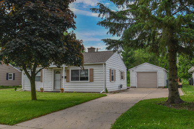 West Bend Single Family Home For Sale: 607 Hillcrest St