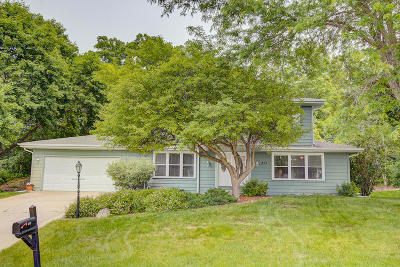 Hartland Single Family Home Active Contingent With Offer: 859 Crescent Ln