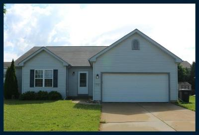 Lake Mills Single Family Home Active Contingent With Offer: 352 Oakbrook Dr