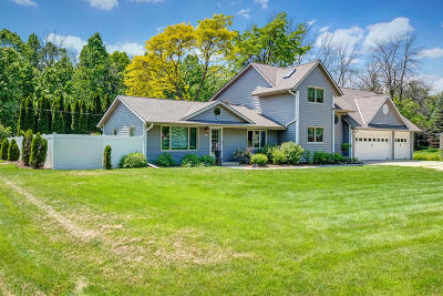 Mequon Single Family Home For Sale: 1633 W Eleanor Pl