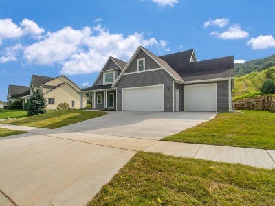 Onalaska Single Family Home Active Contingent With Offer: 923 Aspen Valley Dr