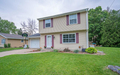 Kewaskum Single Family Home Active Contingent With Offer: 808 Pleasantwood Dr