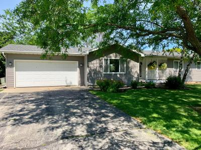 Slinger Single Family Home Active Contingent With Offer: 3919 Elaines Way