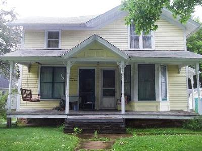 Lake Mills Single Family Home Active Contingent With Offer: 325 E Oak St