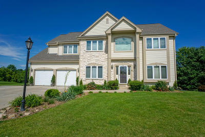 Oconomowoc Single Family Home Active Contingent With Offer: 517 Cassie Lynn Ln