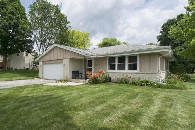 Waukesha Single Family Home Active Contingent With Offer: 980 Copenhill Dr