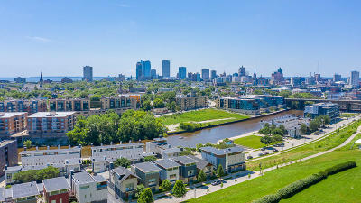 Milwaukee Condo/Townhouse Active Contingent With Offer: 827 E Reservoir Ave