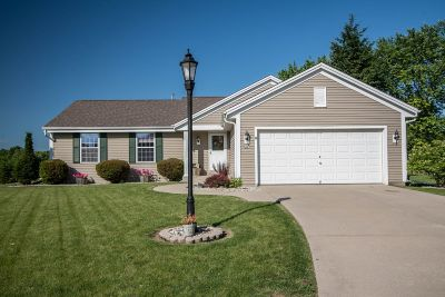 Pewaukee Single Family Home For Sale: 498 Laurelwood Ct